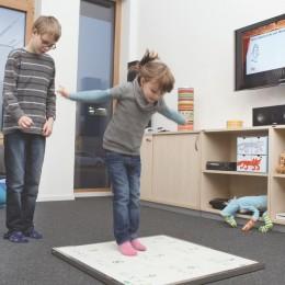 Mit der Sensormatte gelingt es, Kinder und Erwachsene zu mehr Bewegung zu motivieren.  © Fraunhofer IIS