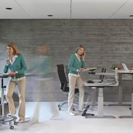 Steh-Sitzdynamik im Büro. Bild: AGR/officeplus