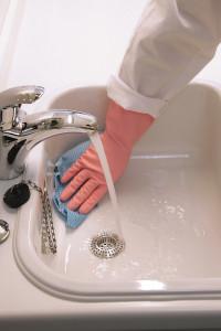 BGW: Hände in Beruf und Haushalt vor Feuchtigkeit schützen