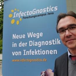 """Prof. Dr. Jürgen Popp ist Sprecher des Jenaer Forschungscampus """"InfectoGnostics"""", der sich auf der """"analytica"""" präsentiert. (Foto: © Jan-Peter Kasper / FSU)"""