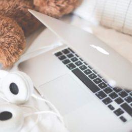 Für manche lediglich ein Arbeitsgerät, für viele jedoch ein Lebensgefühl: Der Computer mit dem Apfellogo. Das hat auch etwas mit Unternehmenskultur zu tun. ((Bild: Viktor Hanáček / picjumbo.com)