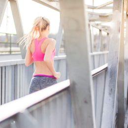 Schon Tipp Nr. 1, täglich laufen, verrät: Die folgenden Fitnestipps muss man nicht zwangsweise nur am Wochenende ausüben. (Bild: Viktor Hanáček / picjumbo.com)