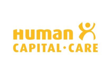 Junge Geschäftsfrau hetzt mit ihrem Körper durch die Innenstadt, weil sie Stress empfindet