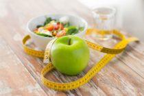 Mit der Umstellung Ihrer Ernährung sagen Sie Ihrem Übergewicht den Kampf an. (Bild: © Syda Productions  / Shutterstock)