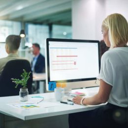 Im Büro arbeiten fast alle Mitarbeiter am Bildschirm. Wichtig ist, dass die Anforderungen an die Arbeitssicherheit und an den Arbeitsschutz eingehalten werden. Es kommt auf die richtige Gestaltung des Arbeitsplatzes an. (Bild: © istock.com/PeopleImages)