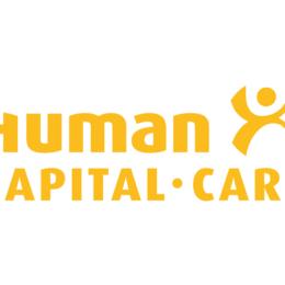 Fuer Gesundheitsberufe sind Fachkraefte schwer zu finden, junge Aerztinnen und und Pfleger im soonendurchfluteteten Gang eines Krankenhauses