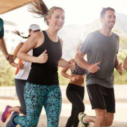 Gemeinsamer Sport stärkt die Fitness und das Zusammengehörigkeitsgefühl (Bild 1: ©istock.com/jacoblund)
