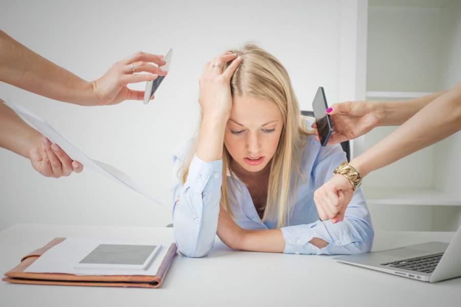 Arbeitsplatz, Mitarbeiterin, Überforderung, Aufgaben, Frustration, Druck, Kollegen, Entlastung, Arbeitsbedingungen