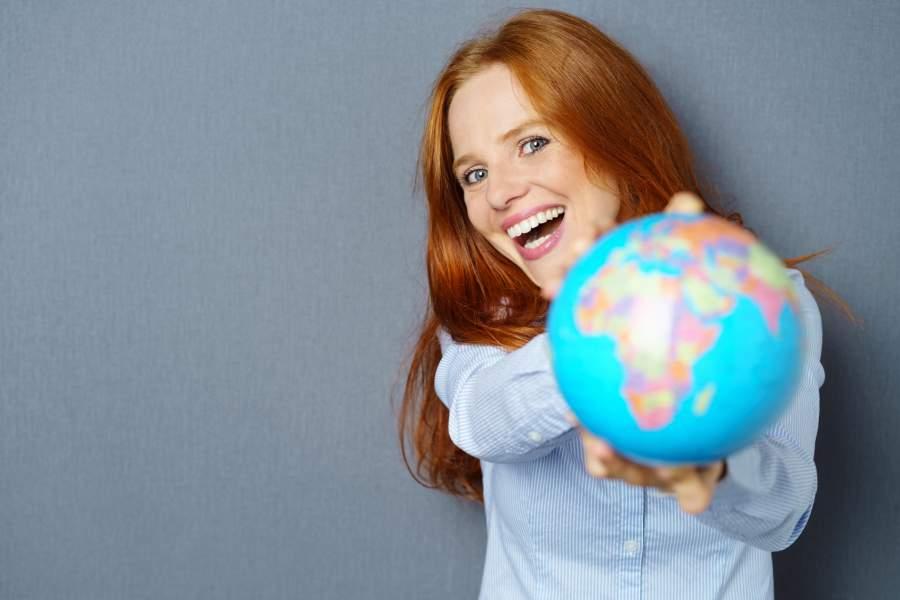 Frau, Lachen, Weltkugel, Glück, glücklich sein, mehr Zufriedenheit, Weltbild, Selbstständigkeit, proaktiv, Tipps, Buchtipps