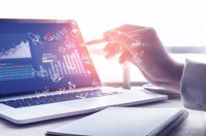 Laptop, Stift, Notizbuch, Vernetzung, Datenanalyse, Big Data im Personalwesen, Personaler