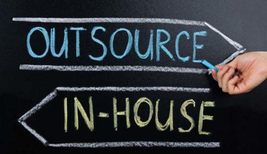 Outsourcing ist in vielen Fällen nicht die letzte Möglichkeit, sondern vielmehr eine wertvolle: Auch die Mitarbeiter können von den Effekten profitieren. (Bild: © istock.com | AndreyPopov)