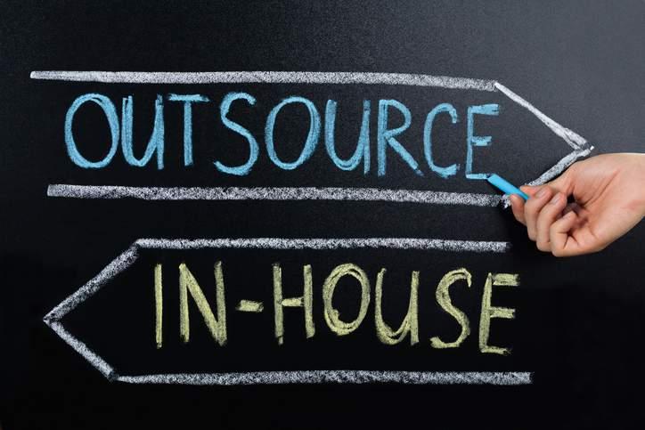 Outsource, In-House, Tafelanschrieb, Kreide, Hand, Pfeile, Outsourcing, Mitarbeiterzufriedenheit steigern, für Outsourcing geeignete Bereiche