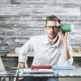 Genaues Hinhören ist ein guter Anfang: Die Sinne spielen eine wichtige Rolle, wenn Sie Achtsamkeit in den Unternehmensalltag integrieren möchten. (Bild: © peshkova | fotolia.com)
