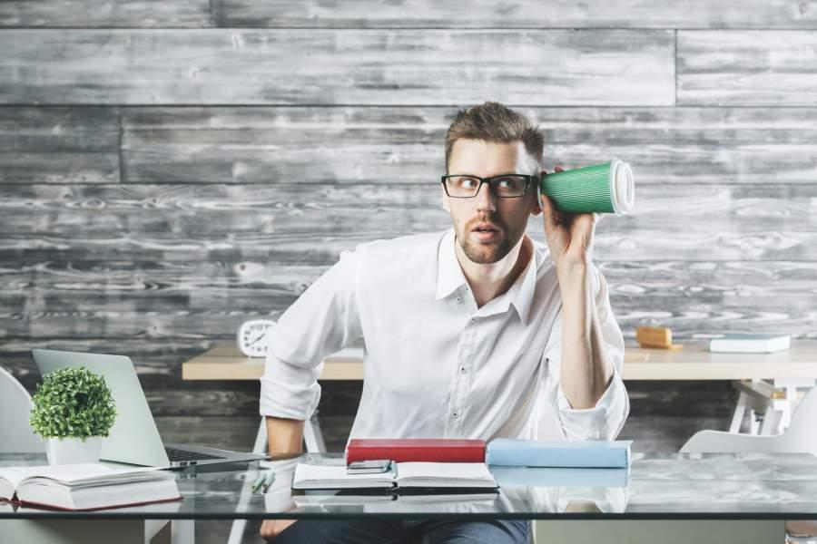 Mann, Kaffeebecher, Schreibtisch, Misstrauen, Arbeitsplatz, Zuhören, Lauschen, Sinneswahrnehmungen, Wahrnehmung schärfen, bewusst erleben, Achtsamkeit in den Unternehmensalltag integrieren