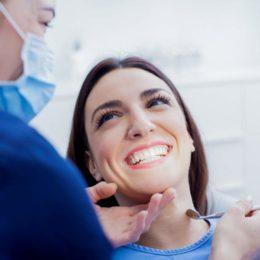 Das Lächeln fällt beim Zahnarztbesuch deutlich leichter, wenn man sich auf eine Zahnzusatzversicherung verlassen kann. (Bild: ©istock.com/Nikodash)