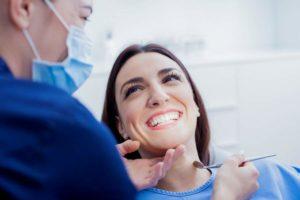 Patientin, Zahntechnikerin, Zahnarzt, Behandlungsstuhl, Zahnarztbehandlung, Zähne zeigen, Lächeln, Lachen, Zahnersatz, Zahnzusatzversicherung