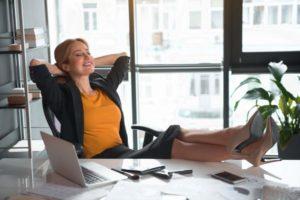 zufrieden, erfolgreich, selbstbewusst, angestellte, Geschäftfrau, Frau, entspannt, Büro, jung, Karriere