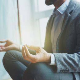 yoga; gelassenheit; schneidersitz; meditation; mentale stärke; sonnenstrahl; mann; anzug; business