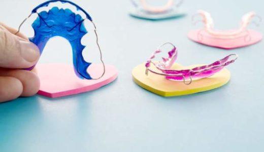 Schiefe Zähne sind unschön – und sogar langfristig ein Gesundheitsrisiko, wenn es schwerfällt zu Kauen oder zu Schlucken. Dagegen kann eine medizinische Zahnregulierung helfen. (Bild: © sujit kantakad / istock.com)