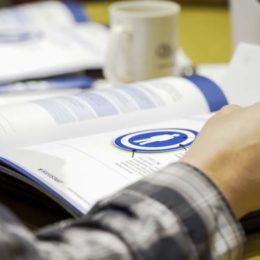 SafeStart Arbeitsbuch, Seminarraum, Arbeitssicherheitstraining, Mitarbeitersicherheit verbessern, Arbeitssicherheit erhöhen, Mitarbeiterengagement verbessern, Fehlerquellen, Ursachen für Verletzungen, Arbeitsunfälle vermeiden