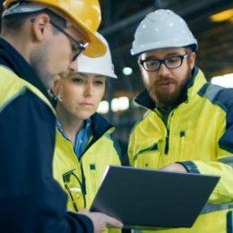 Der Faktor Mensch in der Arbeitssicherheit stellt ein unterschätztes Sicherheitsrisiko dar: Denn er ist der Auslöser für die absolute Mehrheit von Arbeitsunfällen und arbeitsbedingten Verletzungen. (Bild: © Gorodenkoff | stock.adobe.com)
