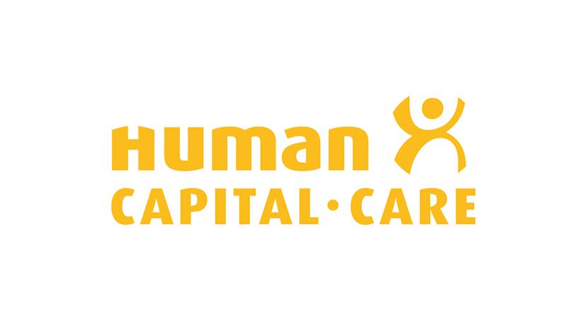 Nahaufnahme von jungem Mann mit blauen Augen und dunklen Haaren auf sein linkes Auge, dunkler Hintergrund