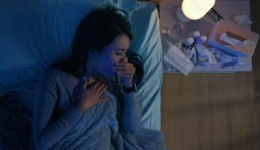 Wer von trockenem Reizhusten betroffen ist, leidet gerade durch die nächtlichen Hustenanfälle meist auch an Schlafmangel. Mit ein paar einfachen Tipps gelingt es den Körper bei der Heilung zu unterstützen. (Bild: © ryanking999 | stock.adobe.com)
