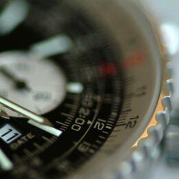 Luxusuhr von Breitling in Nahaufnahme, teilweise verschwommen
