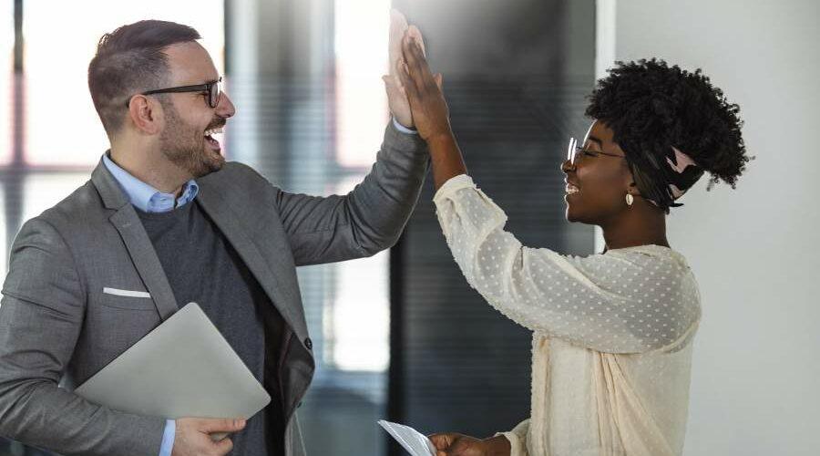 Geschäftsmann und Geschäftsfrau geben sich ein Highfive