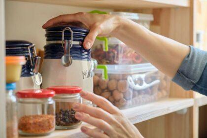 Trockene Lebensmittel in verschiedenen Gefäßen in Küchenregal